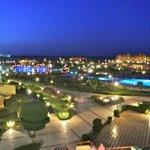 La struttura di El Malikia Resort di notte