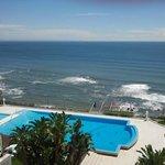 Вид с балкона на бассейн и океан