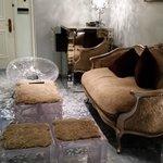 Гостиная в номере вся в мехах - создает уют