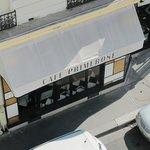 Вид из окна, в этом кафе очень вкусные завтраки, цена 9 евро