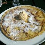 Apfelpfannekuchen mit Vanilleeis