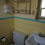 Das Bad mit der winzigen Toilette