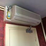 Climatisation au dessus de la porte d'entrée