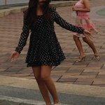 広場で踊っています
