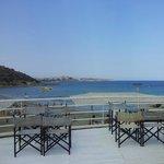 Вид от бассейна между корпусами на море и Агиос-Николаус