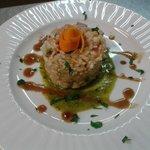 tortino risotto vialone nano con tonno rosso marinato agli agrumi  su vellutata al pesto aromati