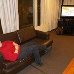 Sala de estar, con comodos sillones, TV  en el 1° piso