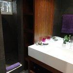 """ótimo banheiro da Cottage """"Africa Essaura"""""""