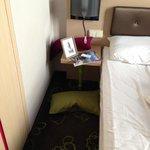 spazio tra letto ed pseudo armadio
