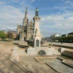 La fontaine miraculeuse et la basilique