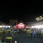 バザール内、ローカル色あふれた屋台風食堂街