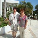 Я и мама возле отеля