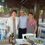 Я с мамой и официантом другого кафе, где морепродукты