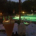 cocktails le soir devant la piscine