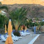 Coucher de soleil sur la piscine animée