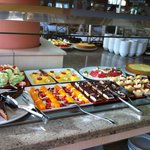 Desserts ohne Ende, das heisst wird nachgeliefert. Aber auch immer Früchte