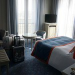 Clean room with a perfect view of the Arc de Triomphe