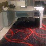 Mesa tipo escritório dentro do quarto