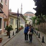 En la puerta del Zeynep