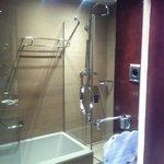 Baño amplio con ducha y bañera.HAB.201