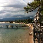 le bar et la plage vue de l'hôtel