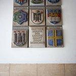 Гербы городов-побратимов на стене ратуши