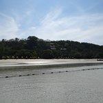 El hotel desde la playa sin agua