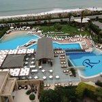 Vue aérienne du restaurant le VAKAROLA et de la piscine principale