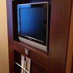 Очень маленький шкаф за телевизором