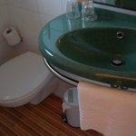 Тесная ванная комната с душевой кабинкой