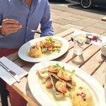 Frischer Fisch, feine Soße und knackige Scampis on Top! Qualität vereint mit toller Sonnenterras