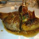 Côte de cochon fermier d'Éric ospital, pommes de terre farcies au pied de porc