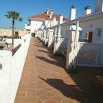 Las terrazas de las habitaciones que dan mucha vida y vistas impresionantes!