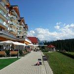 Widok hotelu od strony term. (97872381)