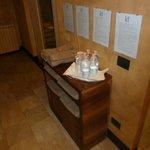 mobiletto con il regolamento, gli asciugami e l'acqua - spa