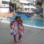 mis hijas disfrutando de la piscina