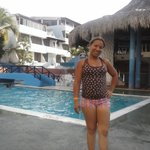 mi esposa en la piscina y diagonal el bar