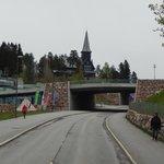 кирха, где бывает королевская семья и мост, который зимой тоже используется лыжниками