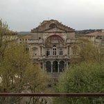Di fronte alla camera il teatro di Avignone