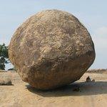 cette énorme pierre posée comme par miracle