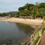 La spiaggia privata vista dalla piscina