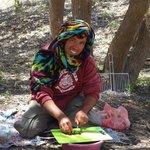 Mostafa prépare la salade Marocaine