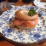 today's special breakfast: bagel con formaggio e salmone