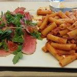 Maccheroni alla calabrese e roast beef con spinaci