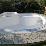 Een leeg zwembad, wat vol zou moeten zijn