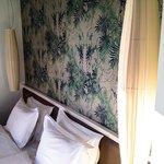 Doppelbett im Eckzimmer mit Blick aufs Meer