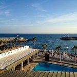 Blick auf Pool und Hafeneinfahrt