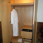 В шкафу сейф и халат с тапочками