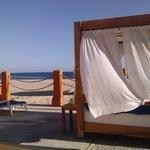 Camas balinesas en la playa.