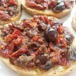 Bruschetta con pomodori secchi ,olive ,capperi
